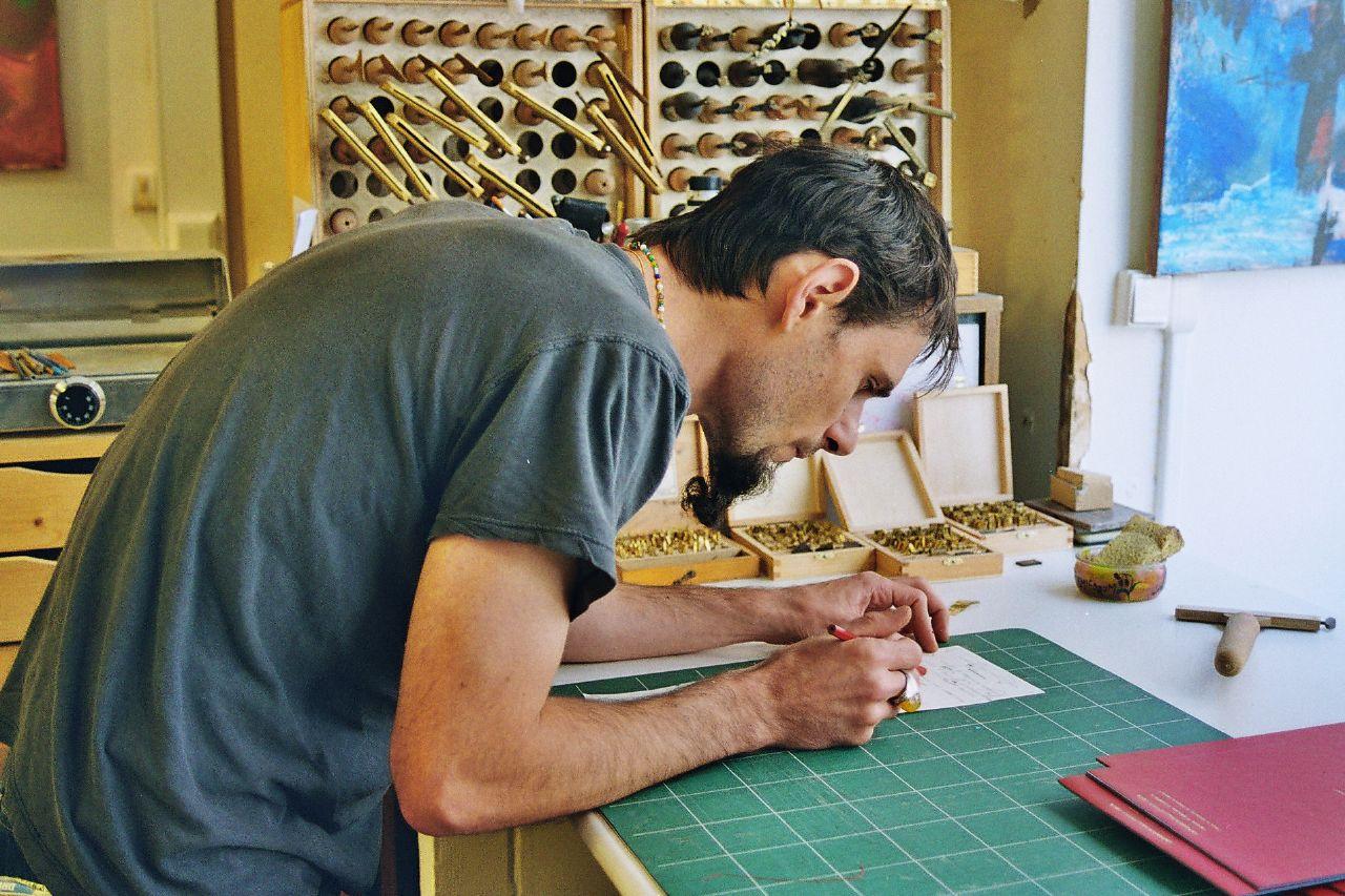 Auto-édition : Julie Kertesz - Artisan de Paris 18e, relieur de livres