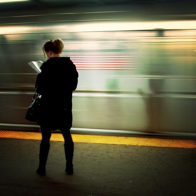 Livre numérique : Mo Riza - On the platform, reading
